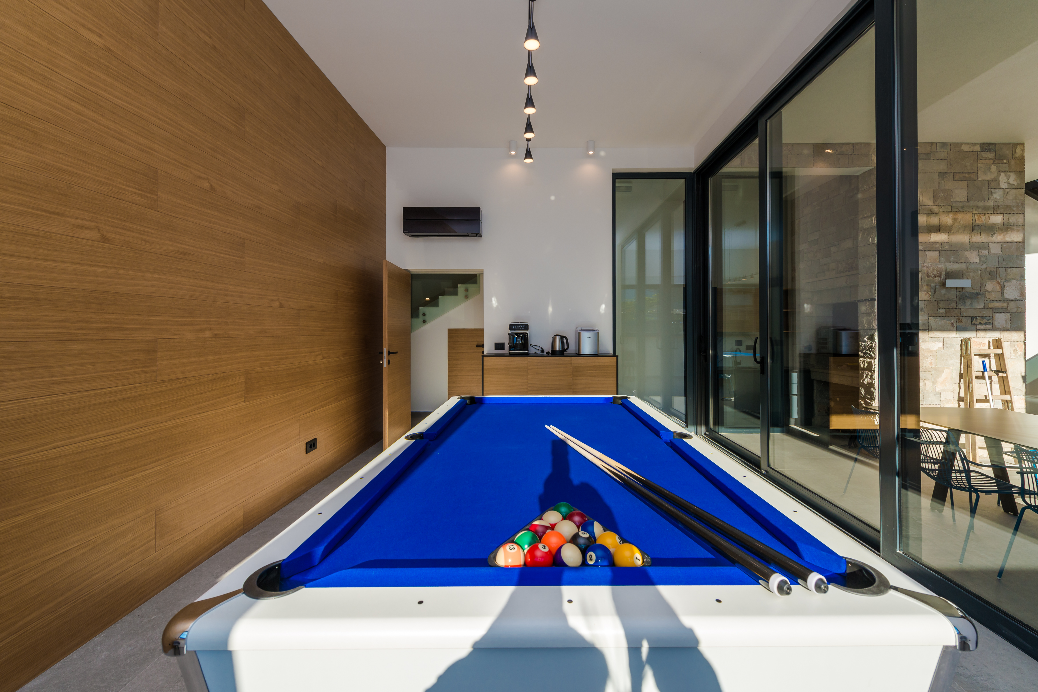 Entertainment room with billiard and mini bar