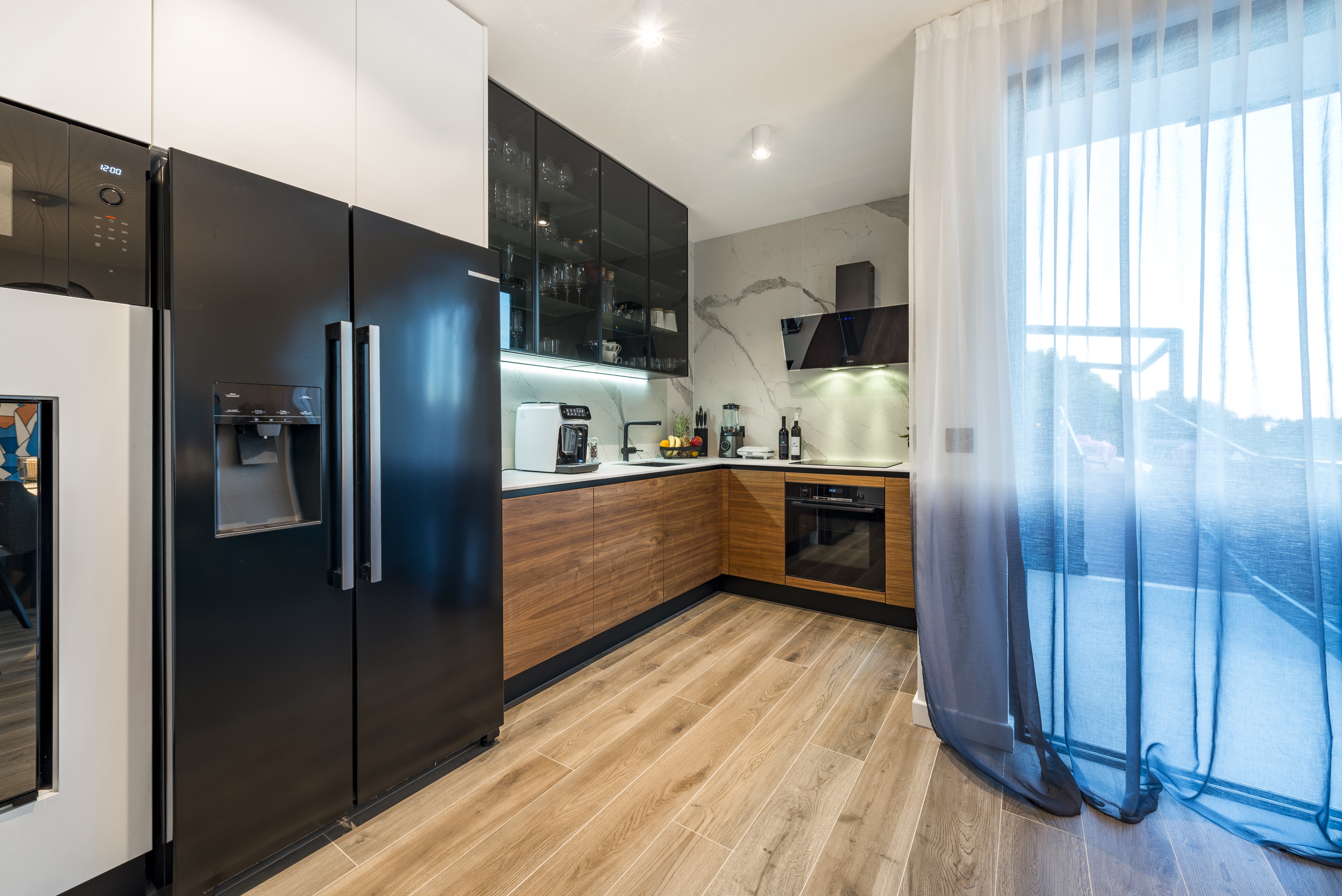 L-shaped and completely equipped kitchen