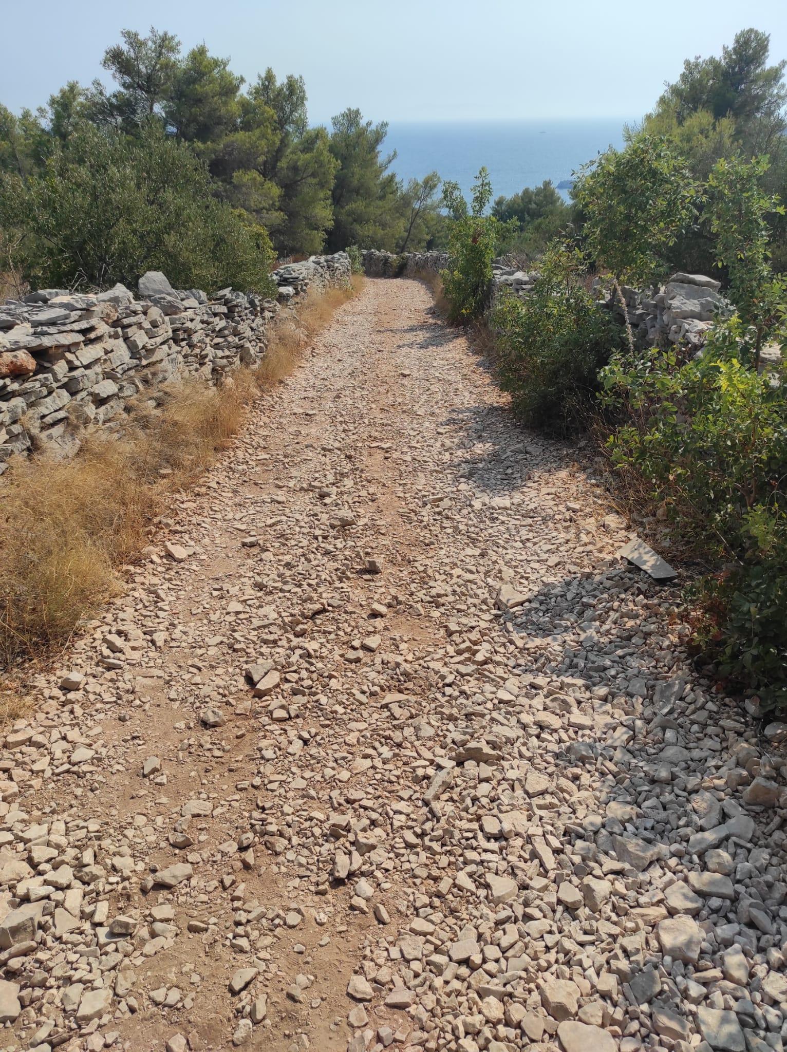 Macadam road to Tatinja bay