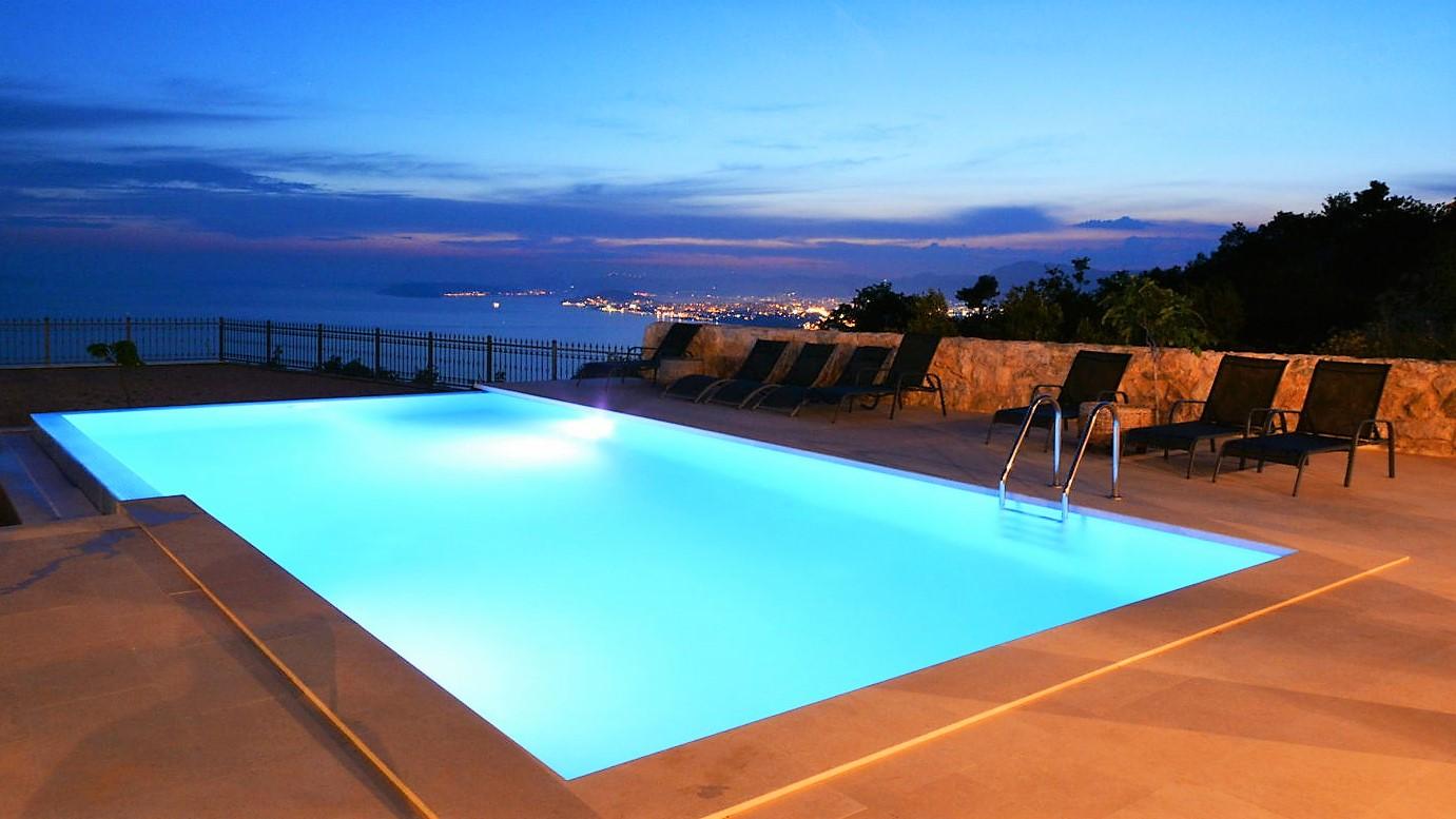 Utsikt fra bassenget og Villa Life 2 Enjoy Split