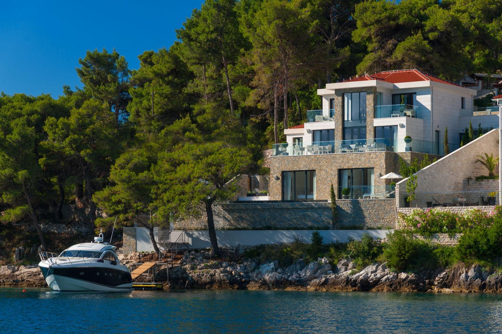 Luxury Villa Silent from the sea