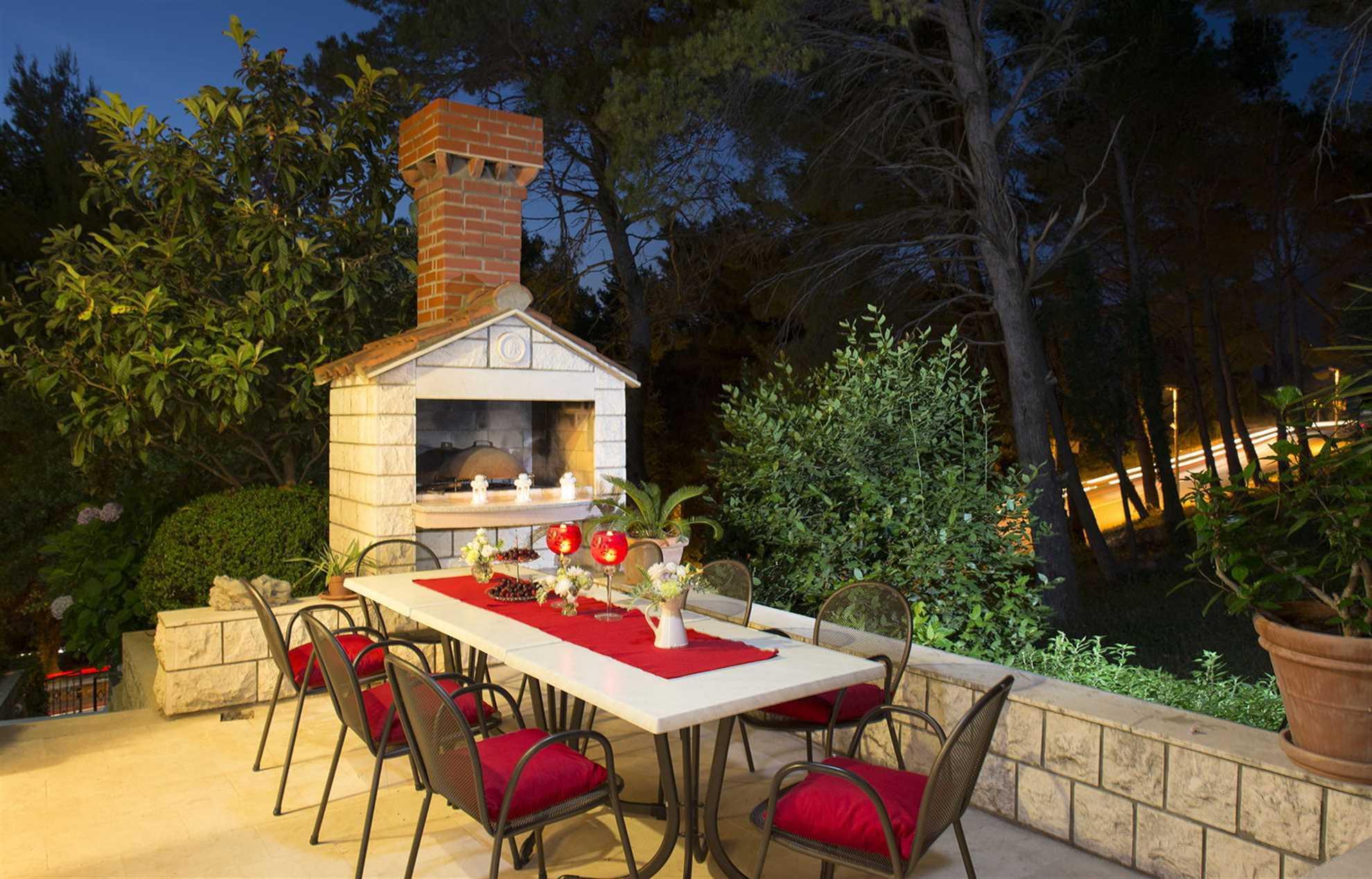 Outdoor dining Villa White Jade
