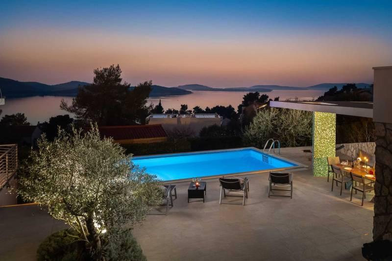 Villa Tela with Pool