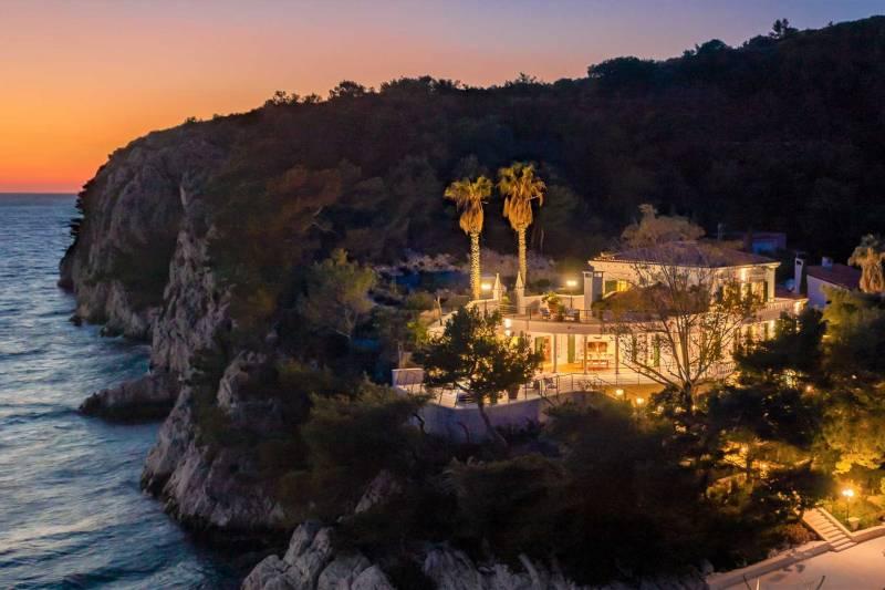 Beachfront Villa Navis Mysterium