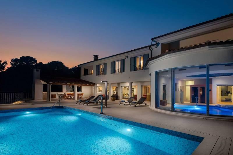 Beachfront Villa Grandissima with Pool